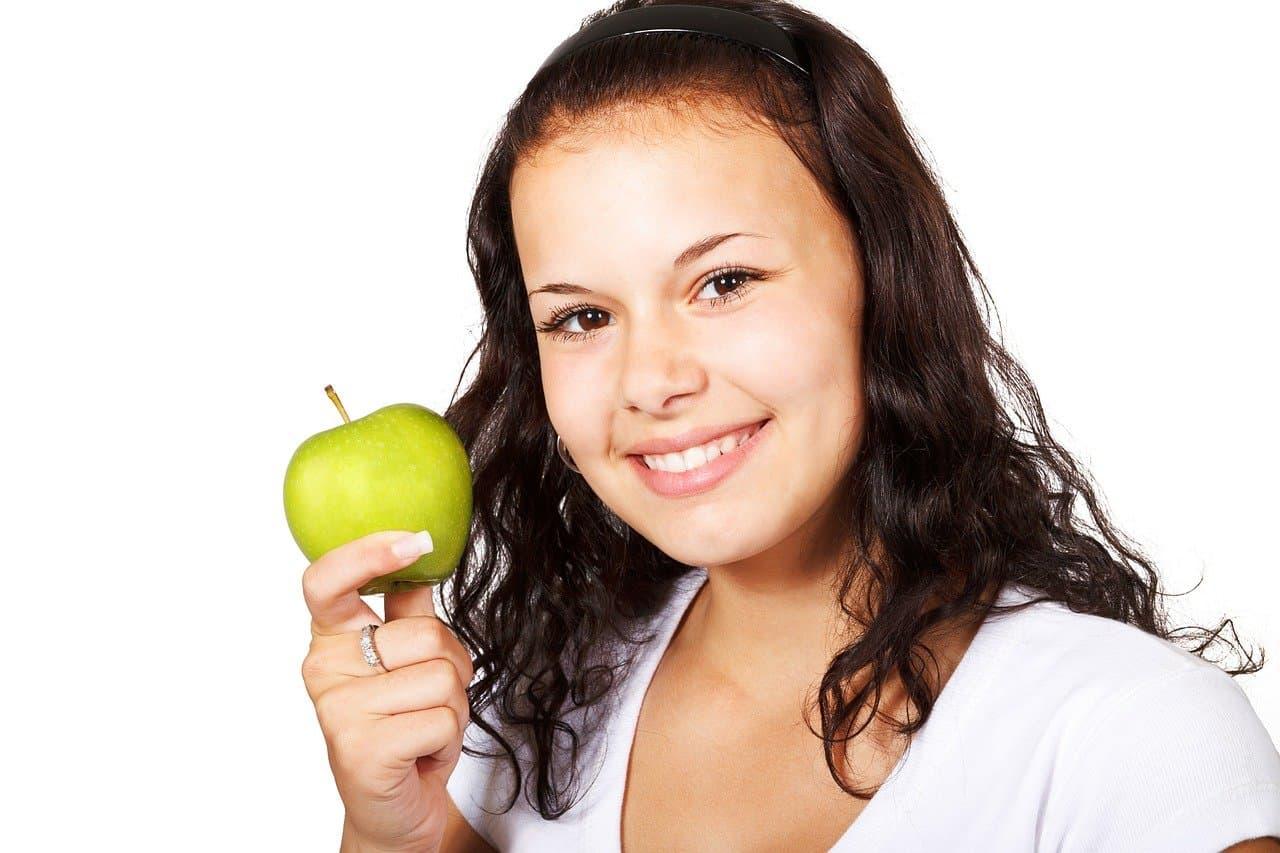 リンゴを持っている少女