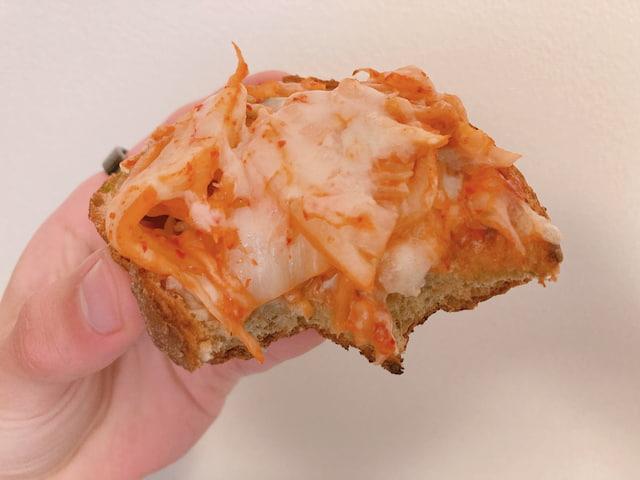 『キムチーズブレッド』をかじった画像